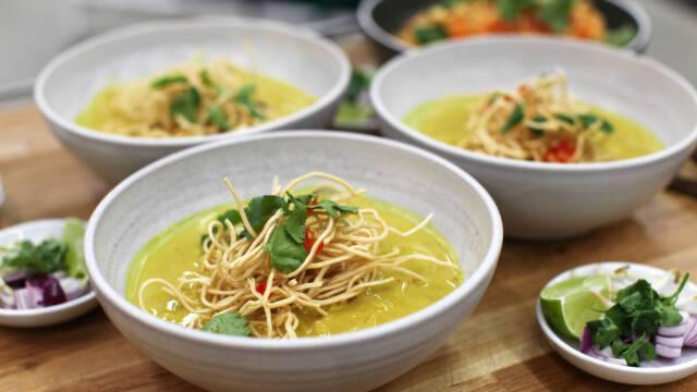 suppe med nudler i skåle