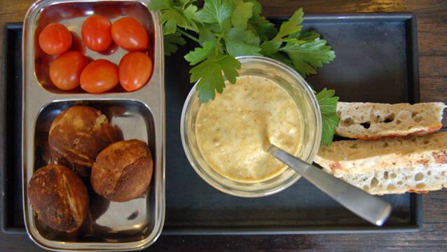 Hjemmelavet remoulade med fiskefrikadeller og tomater