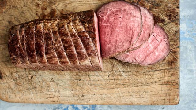 Engelsk roastbeef på skærebræt