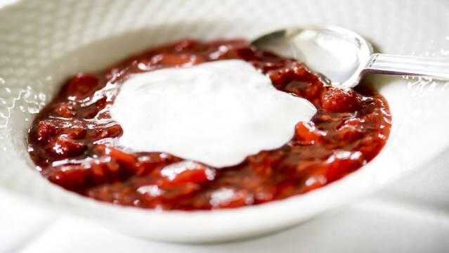 Rødgrød med fløde anrettet i skål