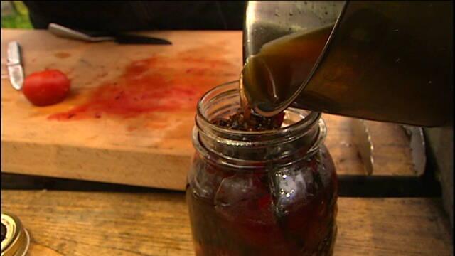 Glas med hjemmelavede syltede rødbeder