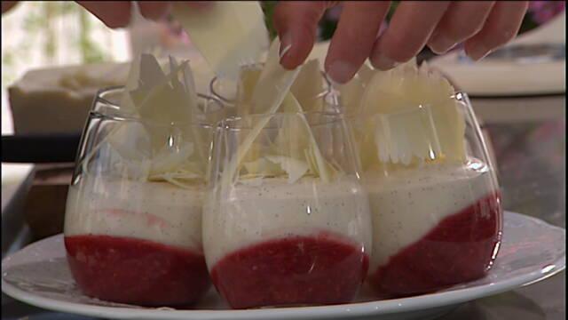 Rødgrød i glas med en flødecreme