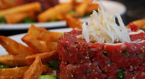 Rørt tatar med peberrod serveret med salat og pommes frites