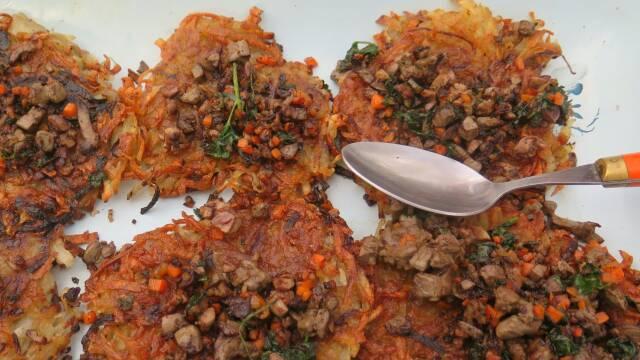 Billede af sprøde kartoffelrøsti med indmad fra en sneskohare