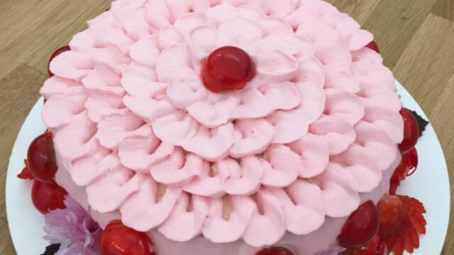 Lyserrød Rubinsteinkage på hvid tallerken