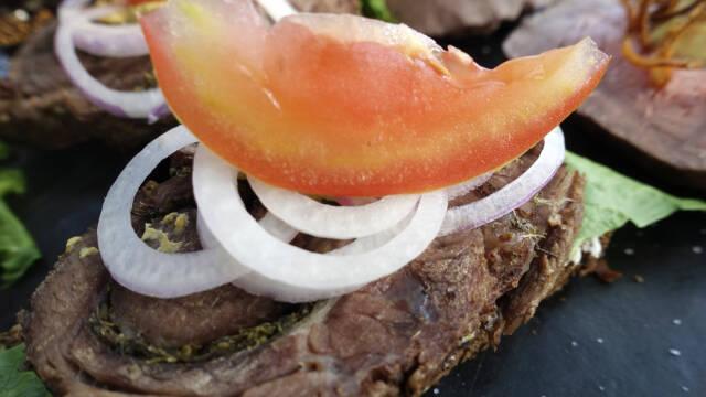 smørrebrød med rullepølse, løg og tomat