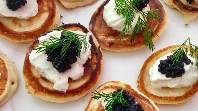 Blinis toppet med creme fraiche og kaviar