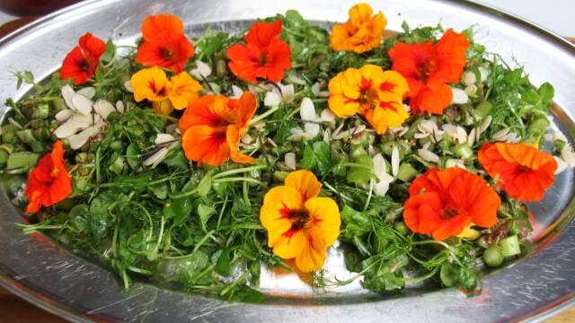 smuk salat med bliomster på fad