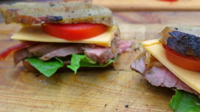 Billede af sandwiches af grydebagt brød med flank steak