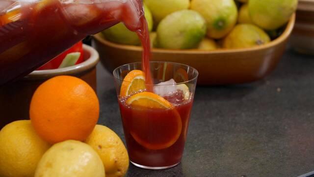 Sangria i glas med citryusfrugter