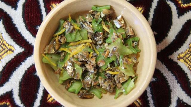 Sardiner i gul skål på brun dug