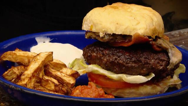 burger med fritter og det hele