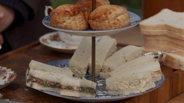 Små lakse- og agurkesandwiches på et fad