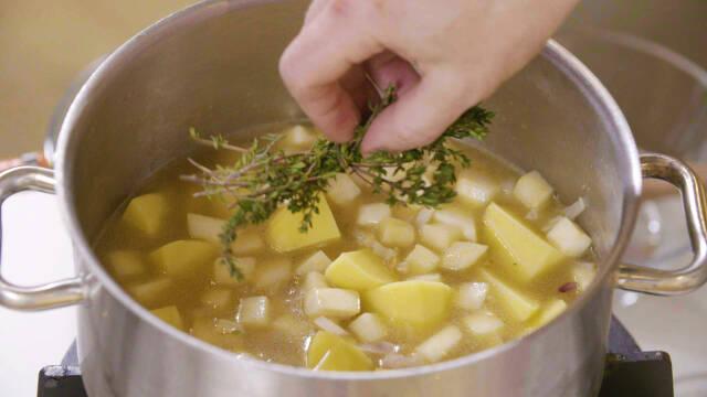 Sellerisuppe i gryde med timian