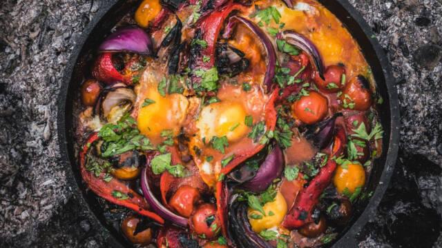 En shakshouka i en gryde med en masse grøntsager