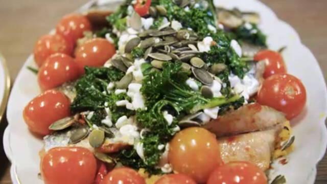 Stegte sild med grønkålssalat, hytteost og tomater.