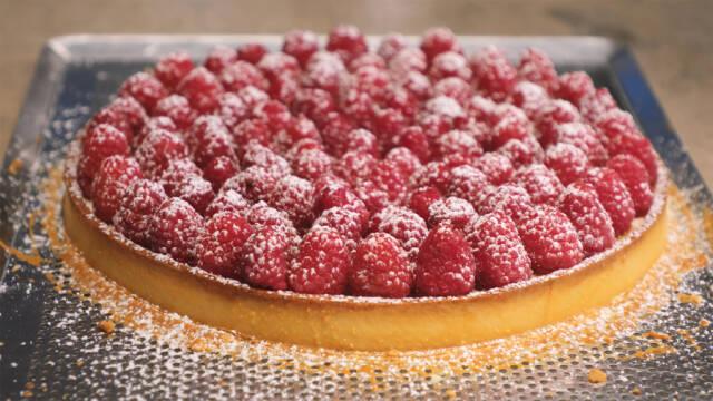Hindbærtærte med flormelis på fad