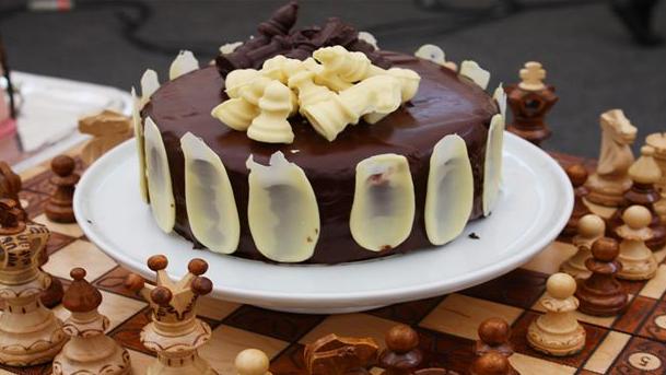 Flot kage med masser af chokolade både indeni og udenpå.
