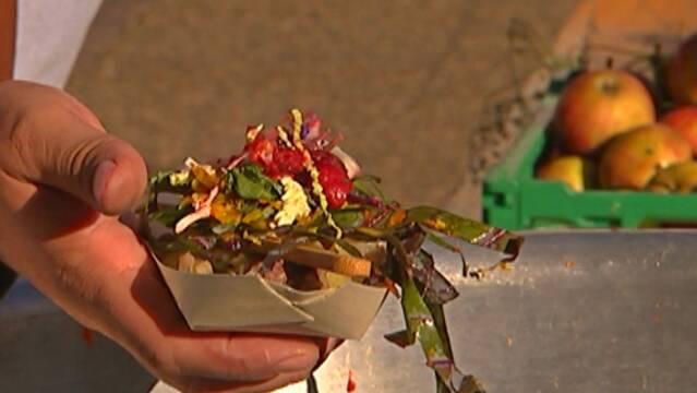 Moderne labskovs serveret med to typer kålsalat