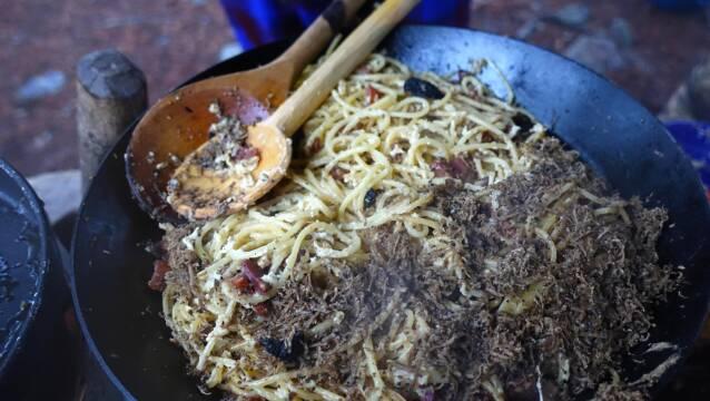 Spaghetti carbonara med sommertrøffel i pande