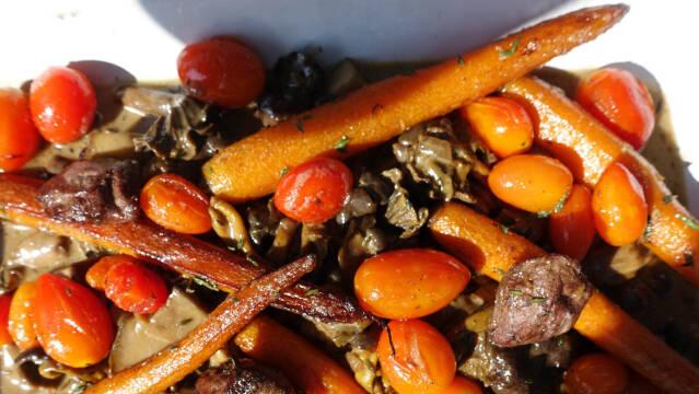 Gryderet med skovskade, svampe og stegte gulerødder