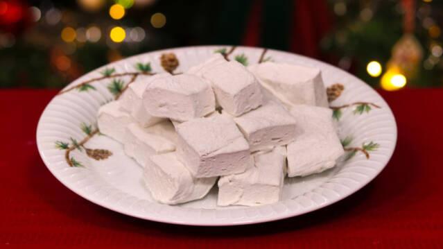Skumfiduser på juletallerken og rød dug