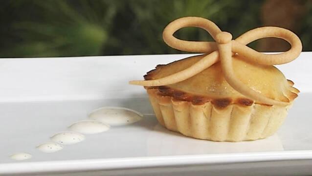 Lille pæretærte med abrikosgele på hvidt fad