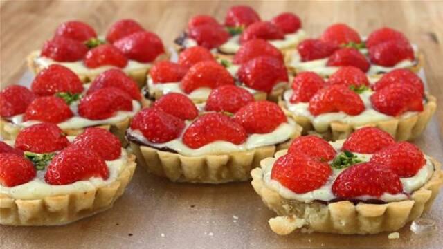 små jordbærtærter på træbord