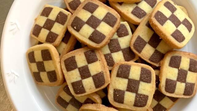 Tallerken med sprøde skakternede småkager