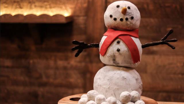 Spiselige snebolde formet som en snemand