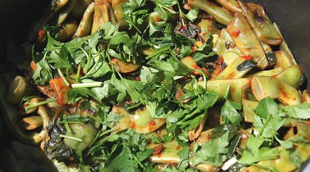 Blandet salat af bønner, persille og spinat