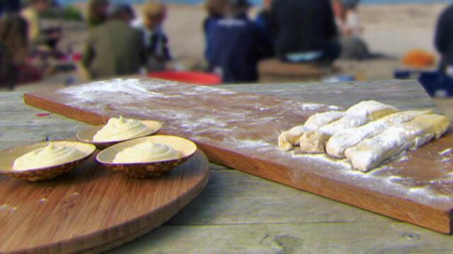 Snobrødsdej klar til at blive bagt over bål