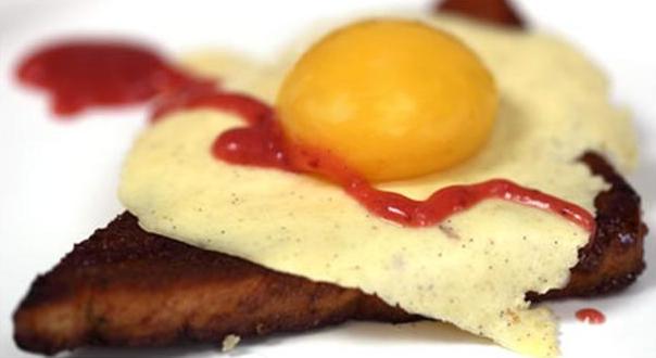 Billede af sødt spejlæg med jordbærketchup