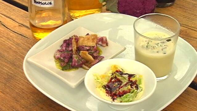 Servering med suppe og flødespidskål