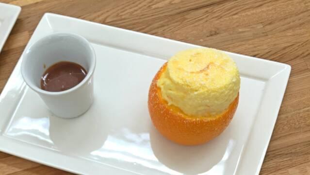 Appelsinsoufflé serveret med karamelsauce