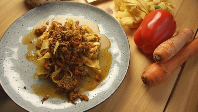 Spaghetti med kødsovs af oksekød og gulerødder