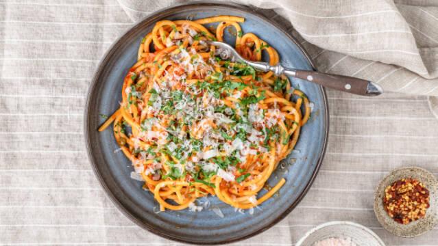 Spaghetti i tomatsovs med karamelliserede løg og kapers