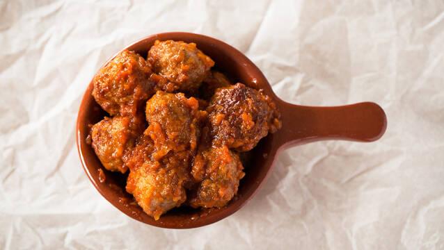 Lille brun gryde, fyldt til randen med spanske kødboller til tapas