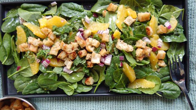 Lækker og sprød salat med appelsin, mynte og spinat