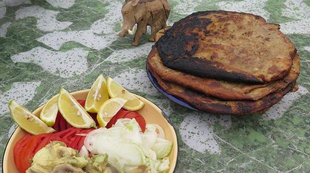 Billede af stegt naanbrød med hakket kød samt avokado og tomat