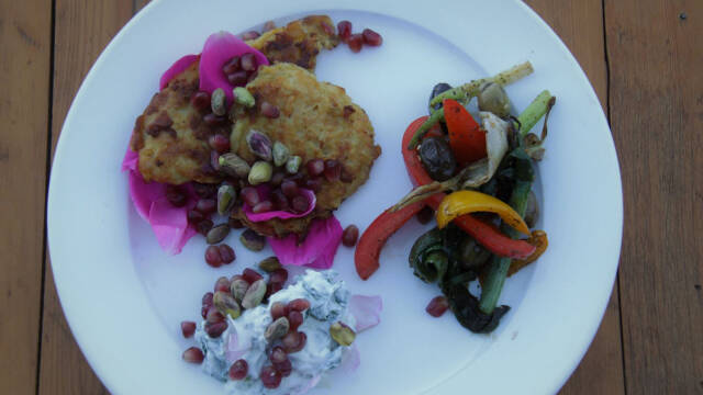 Rösti og stegte grøntsager på hvid tallerken.