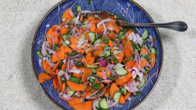 Syltede grøntsager i dyb blå tallerken.