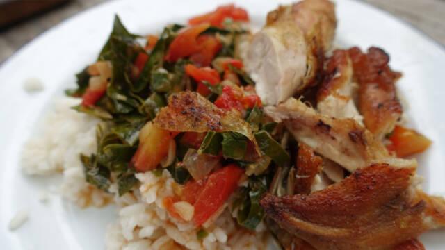 Stegt kylling med ris på hvid tallerken.