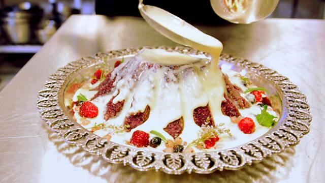 Sommer pudding med creme anglaise på sølvfad