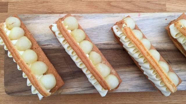 Billede af eclairs med pocheret pære og bergamottecreme