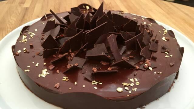 Billede af flot chokoladetærte med smuk pynt