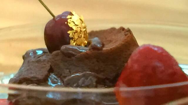 Billede af chokoladedessert med kirsebær og løvstikke sorbet