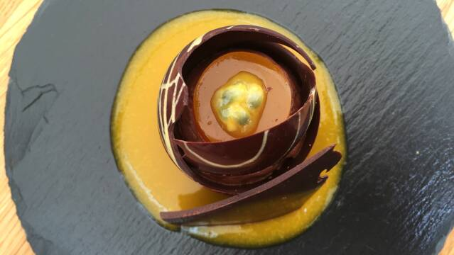 Billede af smuk chokoladedessert med chokolademousse og passionsfrugt