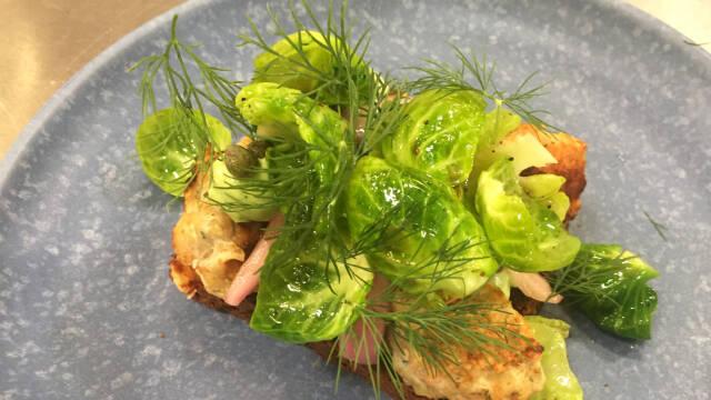 Rugrbødsmad med fiskefrikadelle og rosenkål