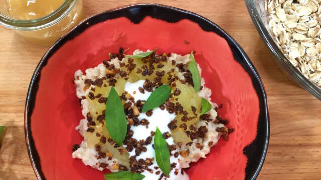 Havregrød med æblekompot og yoghurt